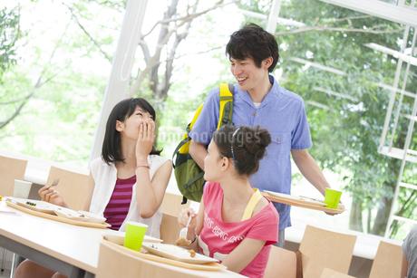 学食で会話する学生たちの写真素材 [FYI02966891]