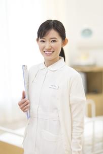 カルテを持って微笑む女性看護師の写真素材 [FYI02966900]