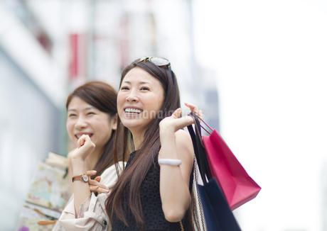 街で買物を楽しむ2人の女性の写真素材 [FYI02966902]