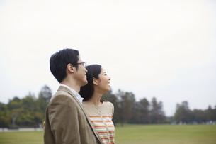 遠くを見て微笑むカップルの写真素材 [FYI02966909]