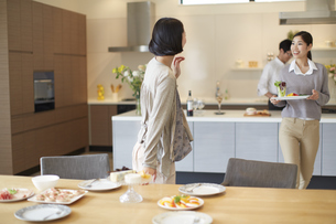 食事を運びながら会話する女性二人の写真素材 [FYI02966913]