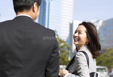 笑いながら歩くビジネス男女の写真素材 [FYI02966915]