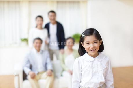家族の前で微笑む女の子の写真素材 [FYI02966917]