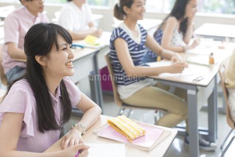 授業で笑う学生たちの写真素材 [FYI02966923]