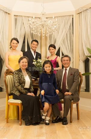 ドレスアップしてポーズを決める三世代家族の写真素材 [FYI02966924]