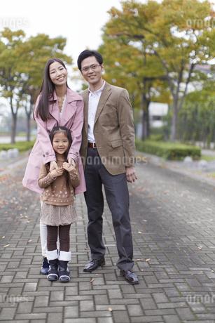 遊歩道で立って微笑む家族のスナップの写真素材 [FYI02966926]