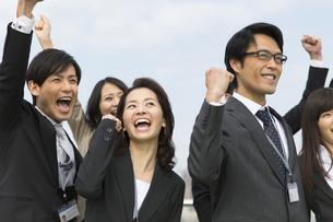 ガッツポーズするビジネス男女の写真素材 [FYI02966934]