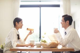 出勤前の朝食で会話する夫婦の写真素材 [FYI02966942]