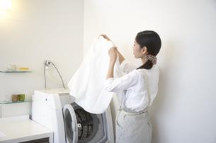 洗濯ものをみる主婦の写真素材 [FYI02966944]