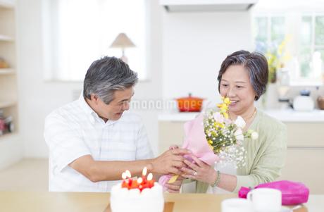 誕生日のお祝いをするシニア夫婦の写真素材 [FYI02966949]