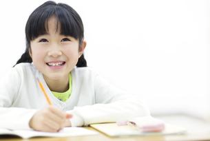 勉強をする女の子の写真素材 [FYI02966961]