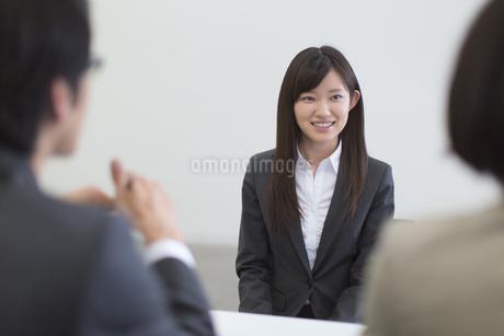 面接を受ける女性の写真素材 [FYI02966963]