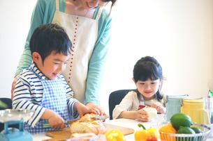 料理をする母親と子供の写真素材 [FYI02966968]