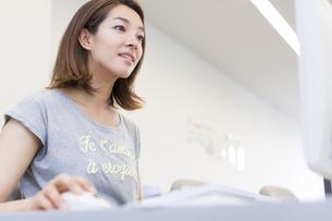 パソコン教室でモニターに向かう女子学生の写真素材 [FYI02966969]