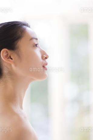 窓辺の横顔の女性の写真素材 [FYI02966982]