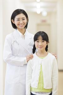 笑顔の女の子と女性医師の写真素材 [FYI02966983]
