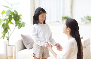 手を取り合って会話する母と娘の写真素材 [FYI02966991]