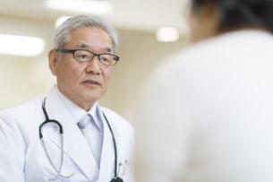患者に問診をする男性医師の写真素材 [FYI02966994]