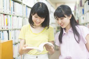 図書室で本を見る2人の女子学生の写真素材 [FYI02966995]