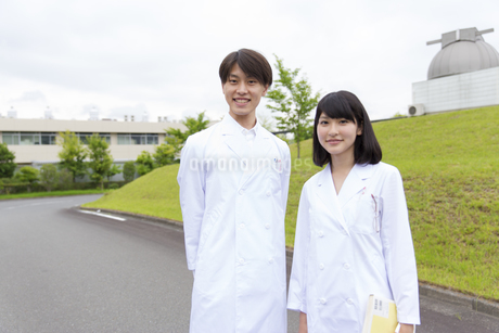 白衣を着た学生男女のポートレートの写真素材 [FYI02966996]