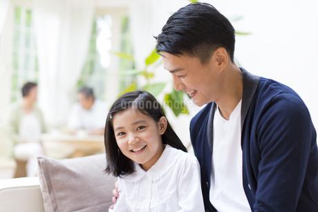 笑顔の女の子と見つめて笑う父親の写真素材 [FYI02966999]