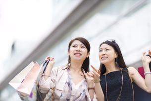 街で買物を楽しむ2人の女性の写真素材 [FYI02967000]