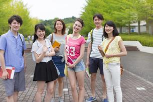キャンパス内で笑う学生たちのポートレートの写真素材 [FYI02967006]