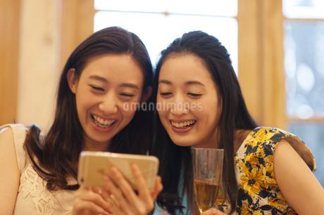 スマートフォンで楽しむ2人の女性の写真素材 [FYI02967007]