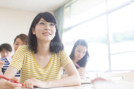 授業を受ける女子学生の写真素材 [FYI02967008]