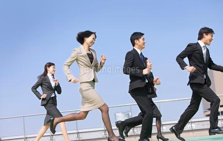 屋上で走るビジネス男女の写真素材 [FYI02967014]