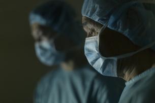 手術着を着た男性医師たちの写真素材 [FYI02967026]