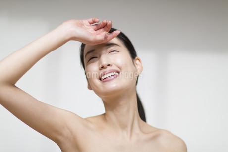 手をかざす笑顔の女性の写真素材 [FYI02967030]