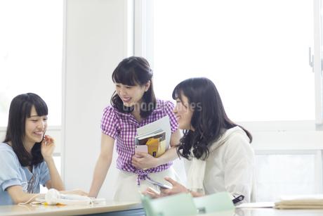 教室で会話する女子学生たちの写真素材 [FYI02967036]