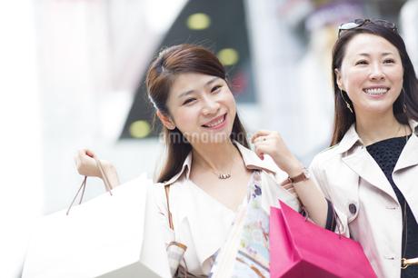 街で買物を楽しむ2人の女性の写真素材 [FYI02967040]