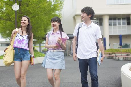 キャンパスを歩く学生たちの写真素材 [FYI02967043]