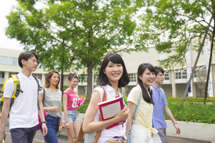 キャンパスを歩く学生たちの写真素材 [FYI02967044]