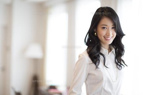 微笑む女性のポートレートの写真素材 [FYI02967046]