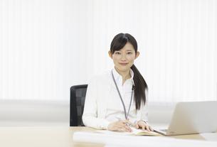 腰かけて微笑むビジネス女性の写真素材 [FYI02967048]