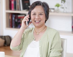 スマートフォンで話すシニア女性の写真素材 [FYI02967052]