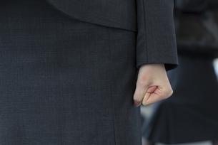 ビジネス女性の握る手のアップの写真素材 [FYI02967053]