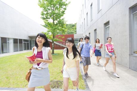 キャンパスを笑顔で歩く学生たちの写真素材 [FYI02967054]