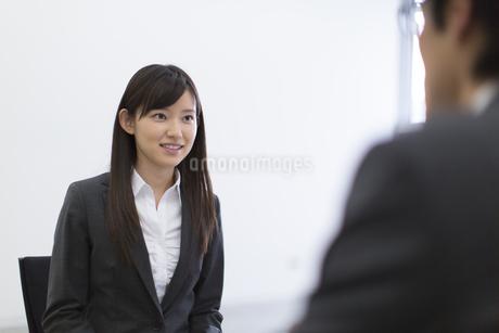 面接を受ける女性の写真素材 [FYI02967057]