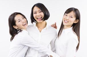 身体を寄せて笑う女性3人の写真素材 [FYI02967060]