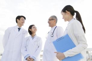 屋上で談笑する医師たちの写真素材 [FYI02967062]