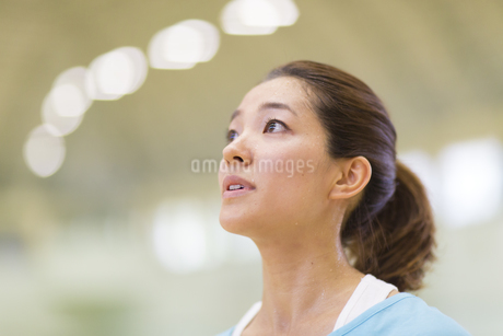 汗をかきながら前をみる若い女性の写真素材 [FYI02967065]