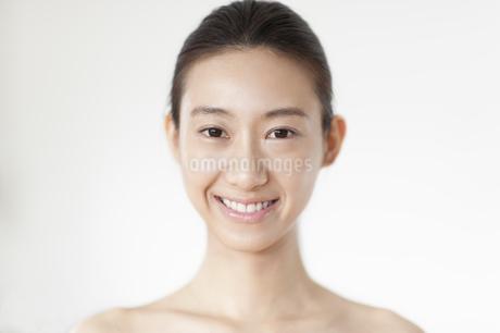 正面に向かって微笑む女性の写真素材 [FYI02967071]