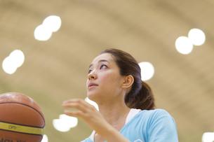 バスケットボールを持つ若い女性の写真素材 [FYI02967075]