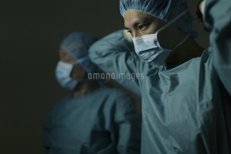 手術の準備をする男性医師たちの写真素材 [FYI02967076]