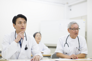 会議中の医師たちの写真素材 [FYI02967077]
