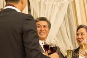 パーティーで歓談する男女の写真素材 [FYI02967078]